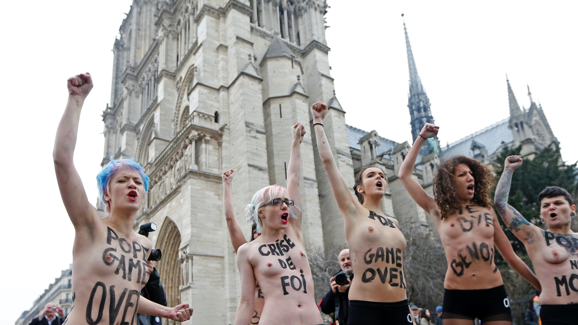 12.fev.2013 - Ativistas do Femen protestam em frente à Catedral de Notre-Dame, em Paris (França), para celebrar a renúncia do papa Bento 16 e a decisão do Parlamento francês de aprovar proposta de lei que permite o casamento homossexual