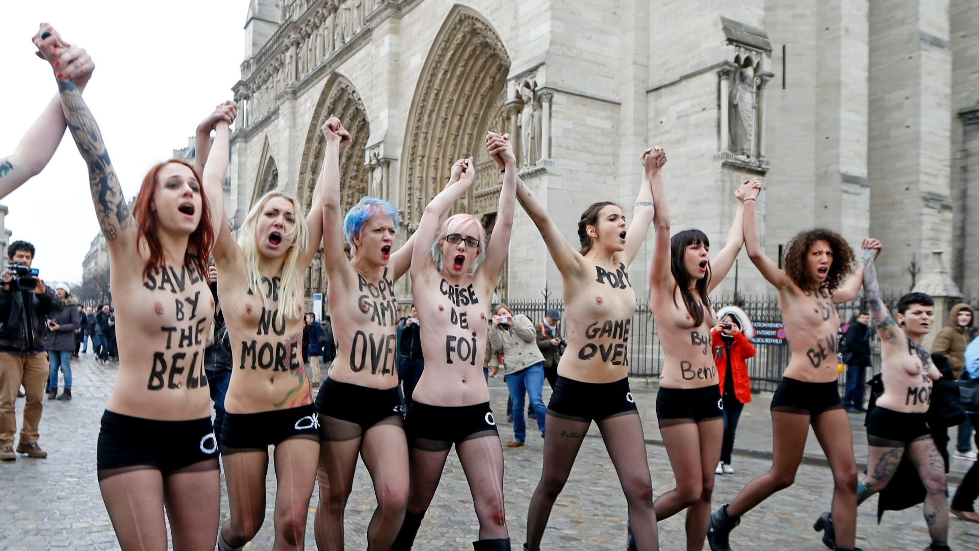 12.fev.2013 - Ativistas do Femen protestam em frente  Catedral de Notre-Dame, em Paris (Frana), para celebrar a renncia do papa Bento 16 e a deciso do Parlamento francs de aprovar proposta de lei que permite o casamento homossexual
