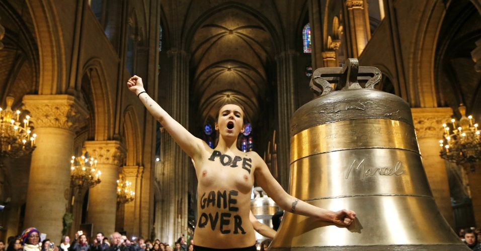 12.fev.2013 - Ativistas do Femen protestam na nave da Catedral de Notre-Dame, em Paris (França), para celebrar a renúncia do papa Bento 16 e a decisão do Parlamento francês de aprovar proposta de lei que permite o casamento homossexual