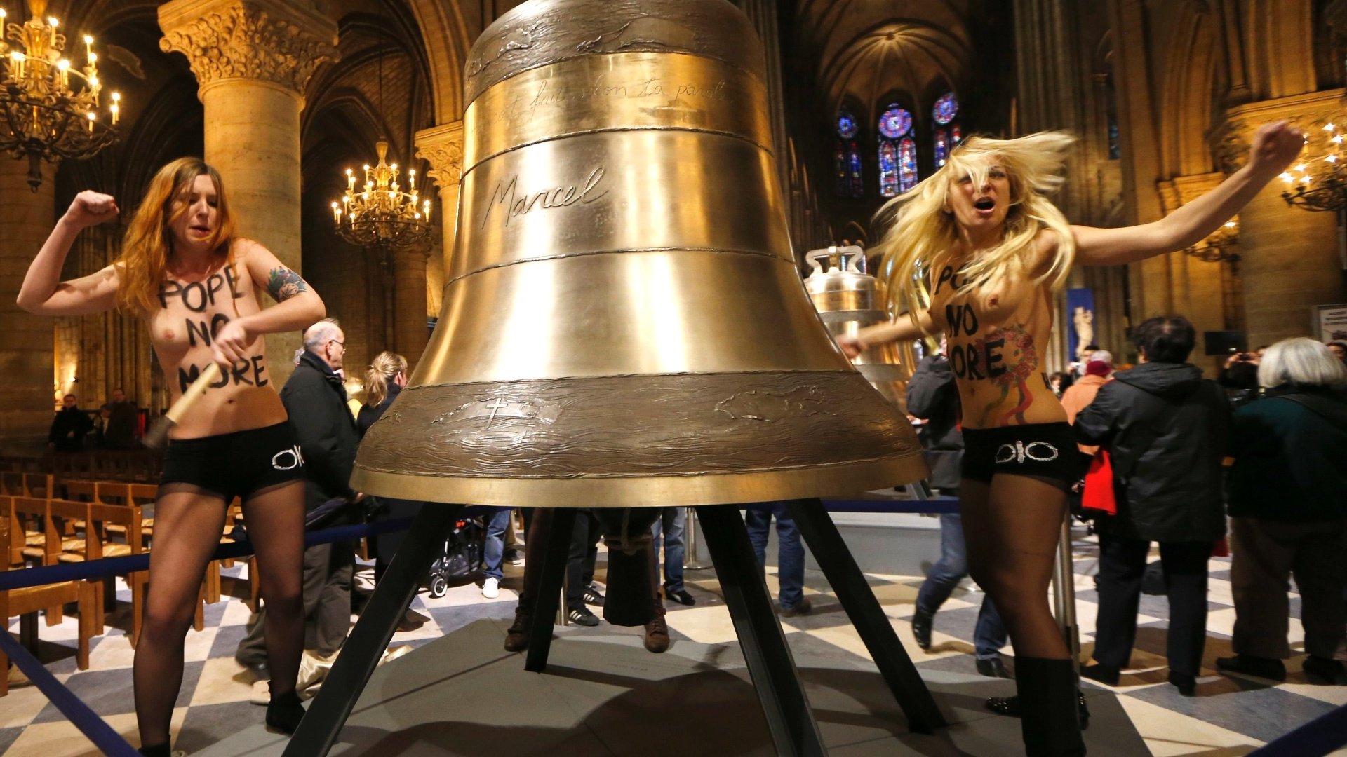 12.fev.2013 - Ativistas do Femen protestam na nave da Catedral de Notre-Dame, em Paris (Frana), para celebrar a renncia do papa Bento 16 e a deciso do Parlamento francs de aprovar proposta de lei que permite o casamento homossexual