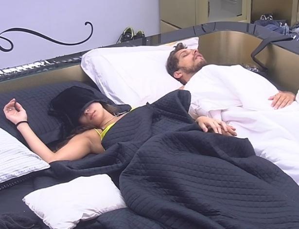 12.fev.2013 - Depois de se levantaram devido à manutenção interna da casa, brothers voltaram a dormir. No quarto do líder, Kamilla e Eliéser dormem.