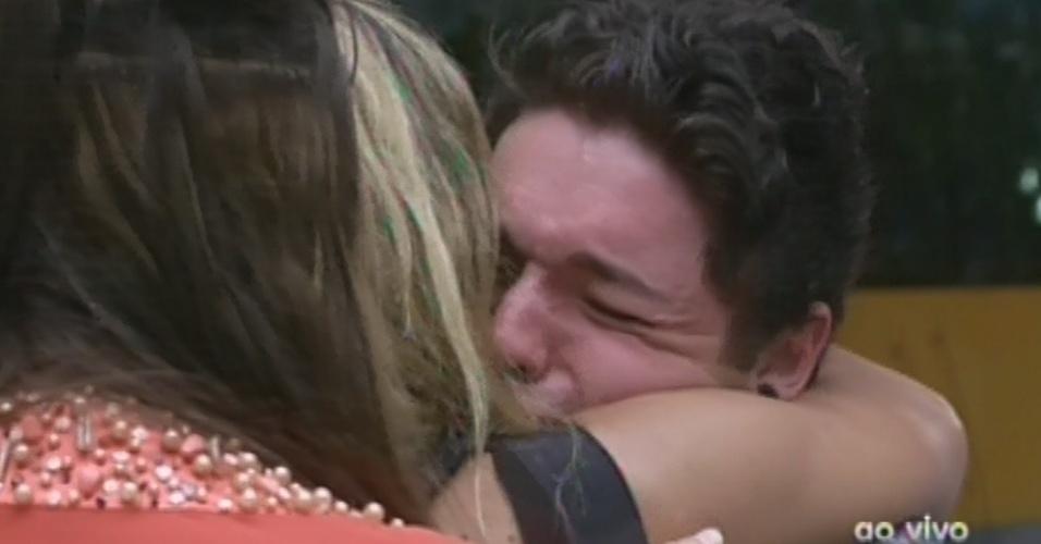 12.fev.2013 - Eliminada, Marien se despede de Nasser, que chora
