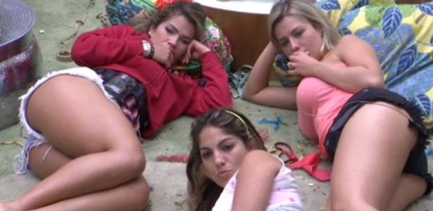 12.fev.2013 - Fani, Anamara e Fernanda assistem a exibição do desfile das escolas de samba do Rio de Janeiro