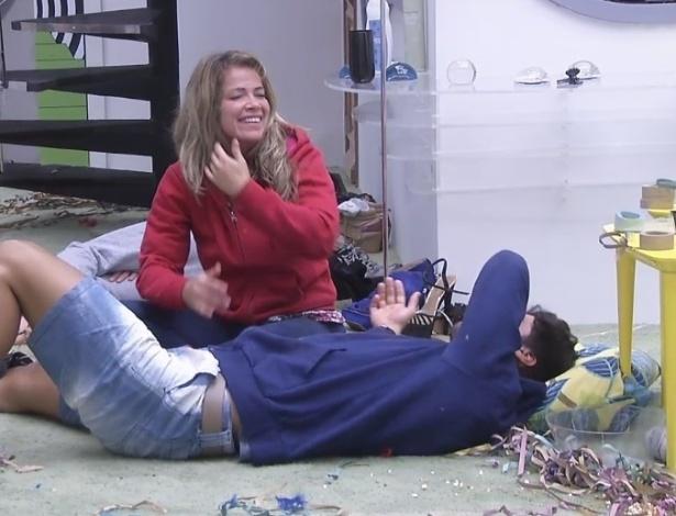 12.fev.2013 - Fani e Marcello conversam animadamente no chão da sala momentos depois de serem acordados pela produção