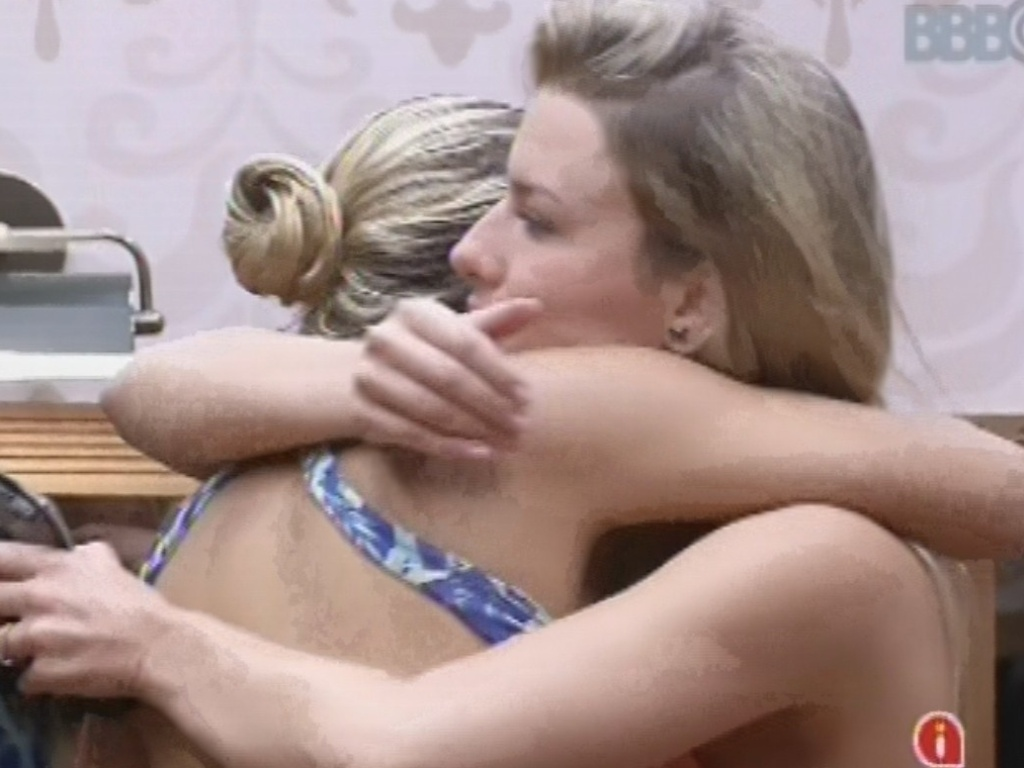 12.fev.2013 - Fernanda e Marien se abraçam antes do paredão