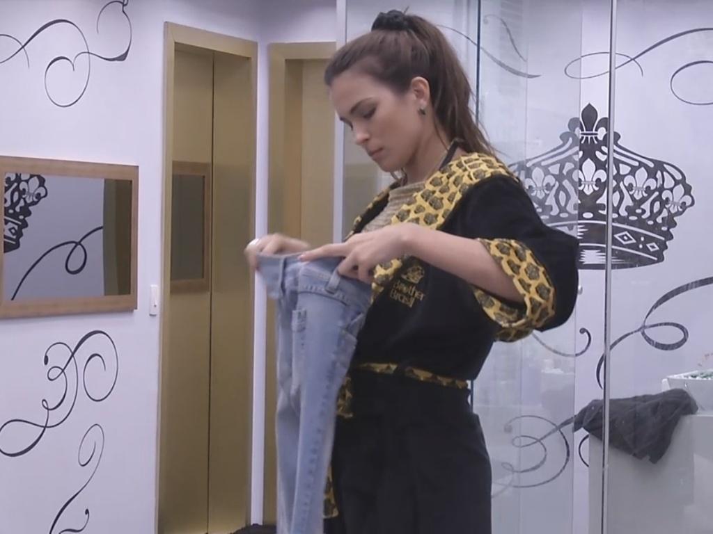 12.fev.2013 - Kamilla arruma roupas no quarto do líder