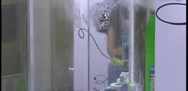 12.fev.2013 - Kamilla deixou o chuveiro ligado por mais de 10 minutos sem usá-lo, desperdiçando água e energia na casa do