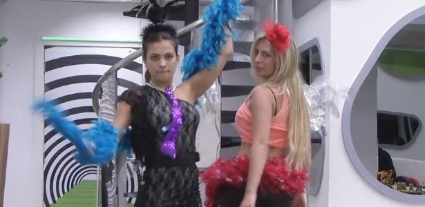 12.fev.2013 - Kamilla e Fernanda sambam em frente ao espelho durante exibição do desfile das escolas de samba