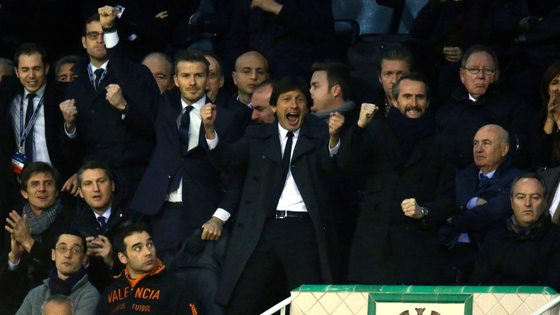 12.fev.2013 - Leonardo e Beckham comemoram gol do PSG sobre o Valencia, nas oitavas de final da Liga dos Campeões