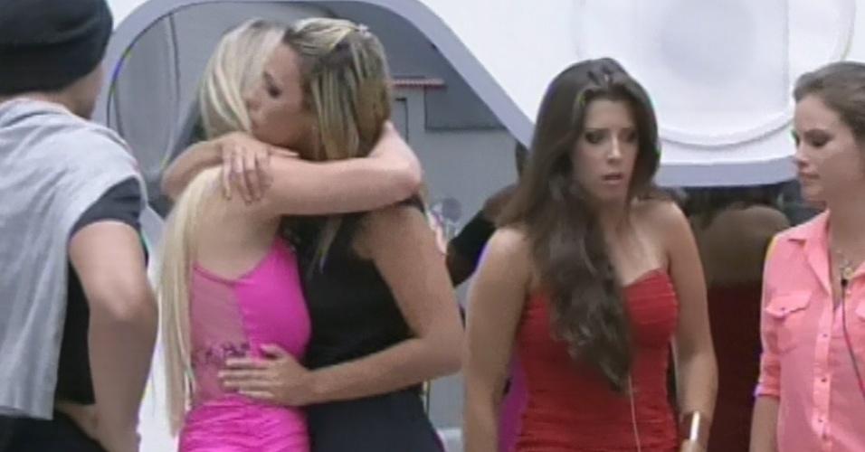 12.fev.2013 - Marien abraça Fernanda ao descobrir que foi eliminada