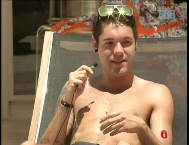 12.fev.2013 - Mesmo reclamando do sol forte, Nasser curte o sol na piscina da casa
