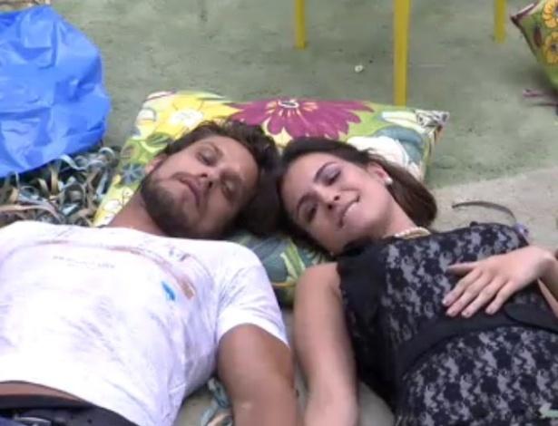12.fev.2013 - O casal Eliéser e Kamilla assistem juntos ao desfile das escolas de samba pela TV