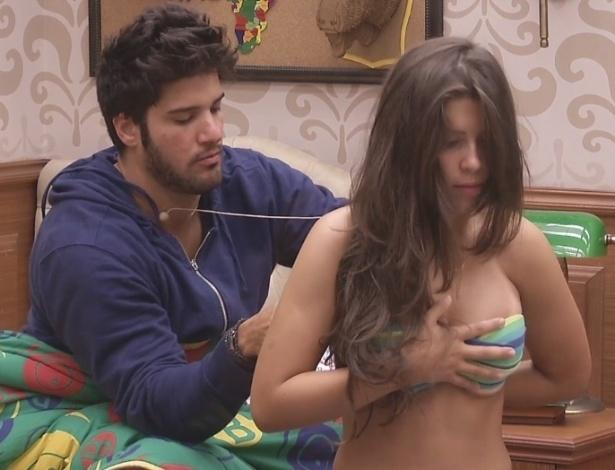 12.fev.2013 - O personal Marcello ajuda Andressa a amarrar o biquíni antes da sister seguir para a piscina