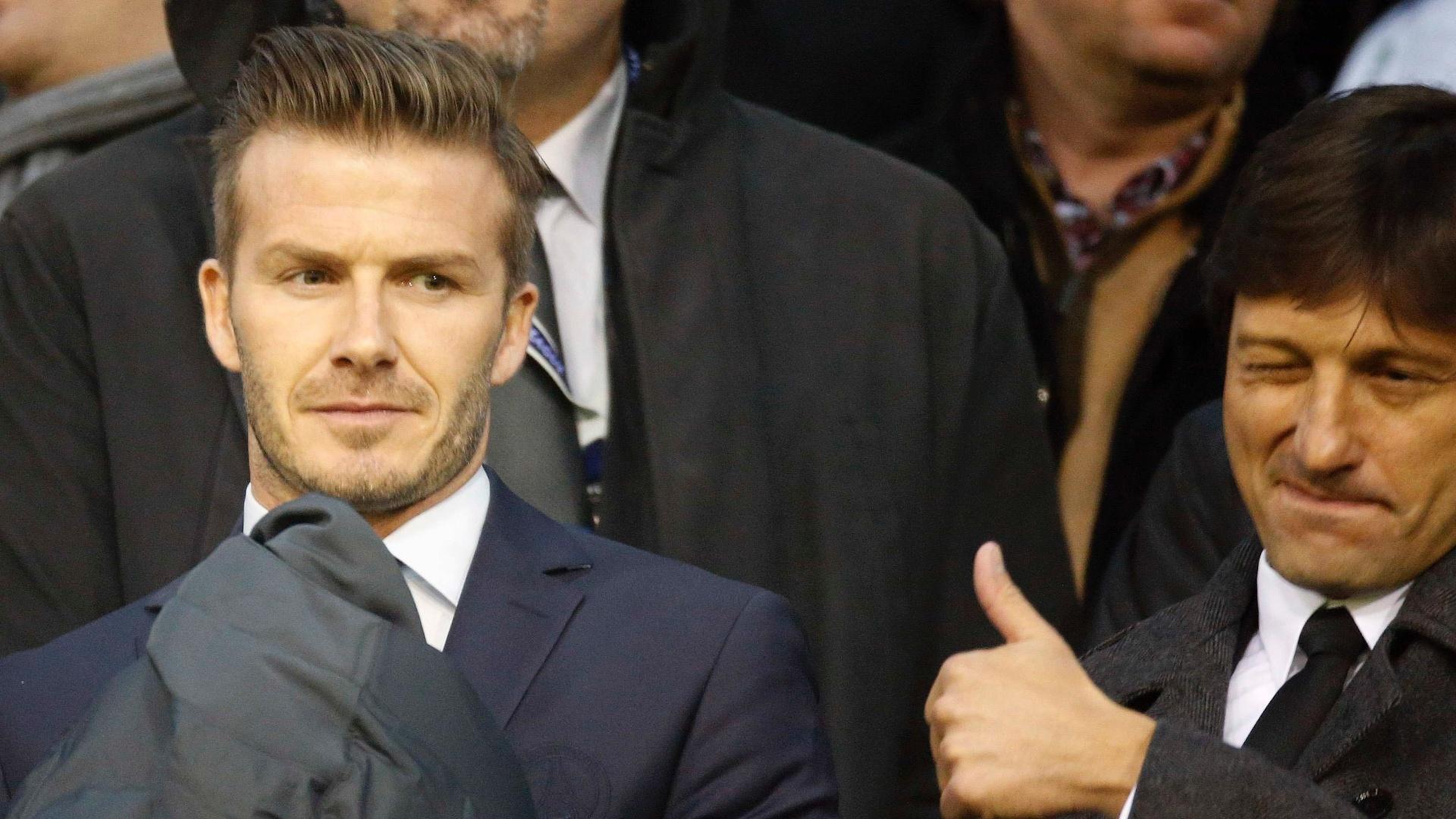 12.fev.2013- Beckham acompanha vitória do PSG contra o Valencia das arquibancadas do estádio Mestalla ao lado de Leonardo, diretor do clube francês