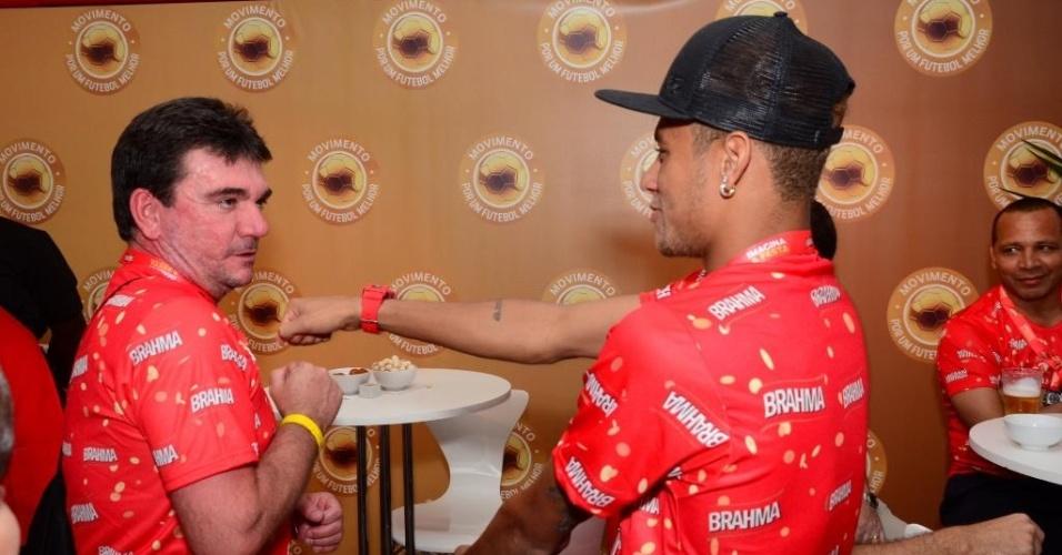 Andrés Sanchez e Neymar brincam no camarote na Marquês