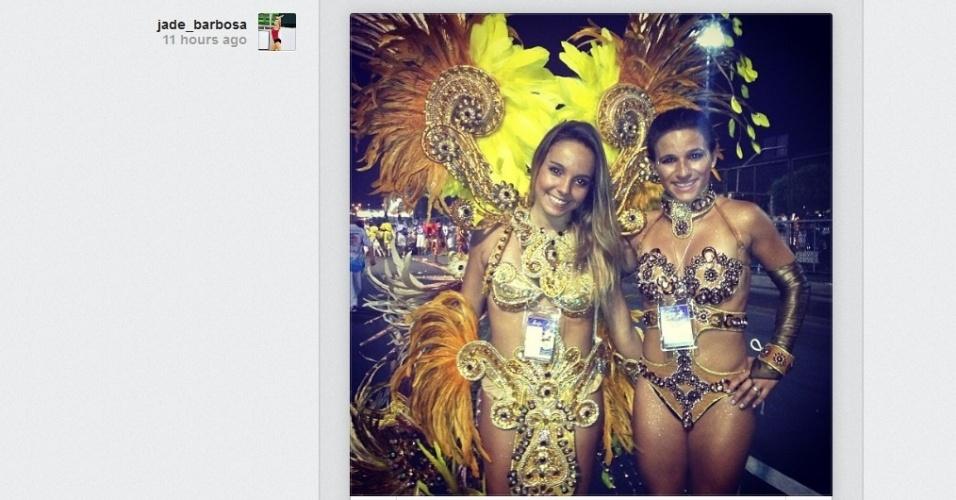 Ginasta Jade Barbosa com roupas da alegoria da Beija-Flor após o desfile da escola no Rio