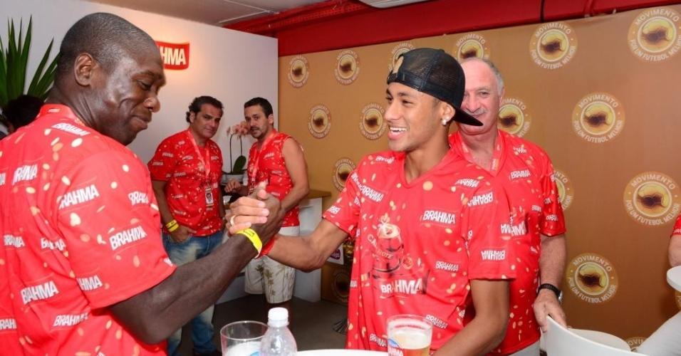 Observados por Felipão, Neymar e Seedorf se cumprimentam