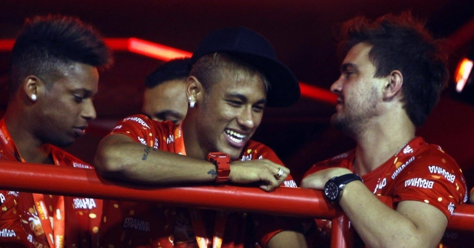 Sem Bruna Marquezine, Neymar curte Carnaval na Sapuca com o atacante Andr e um de seus inseparveis 'paras'