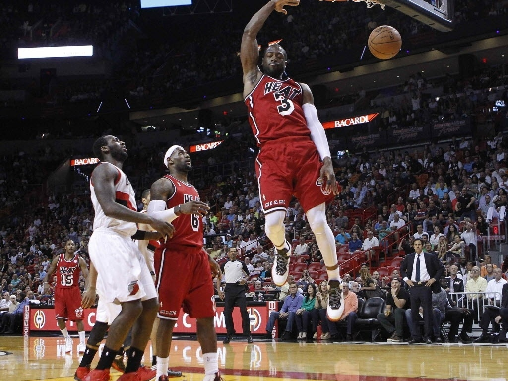 12.fev.2013 - Dwyane Wade faz pose para enterrar no triunfo do Heat sobre os TrailBlazers