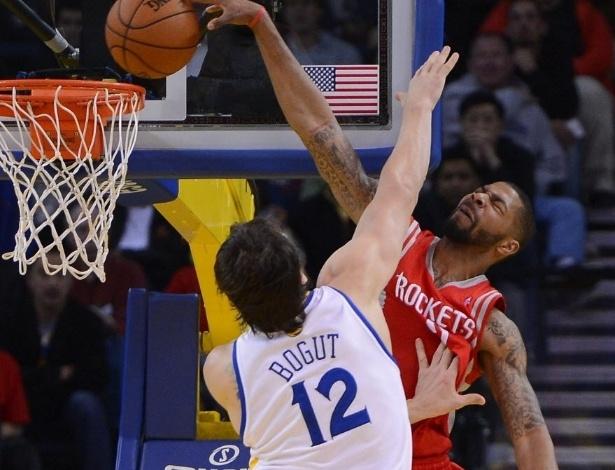12.fev.2013 - Marcus Morris dá belíssima enterrada sobre a marcação de Andrew Bogut, na vitória de seu Houston Rockets sobre os Golden State Warriors
