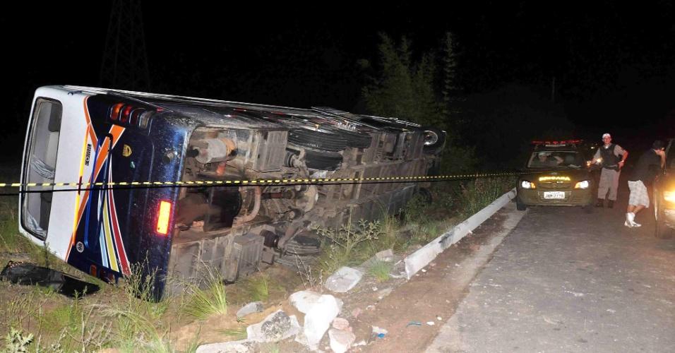 12.fev.2013 - Ônibus tomba na saída da praia do Cassino, em Rio Grande (RS), e deixa 15 feridos