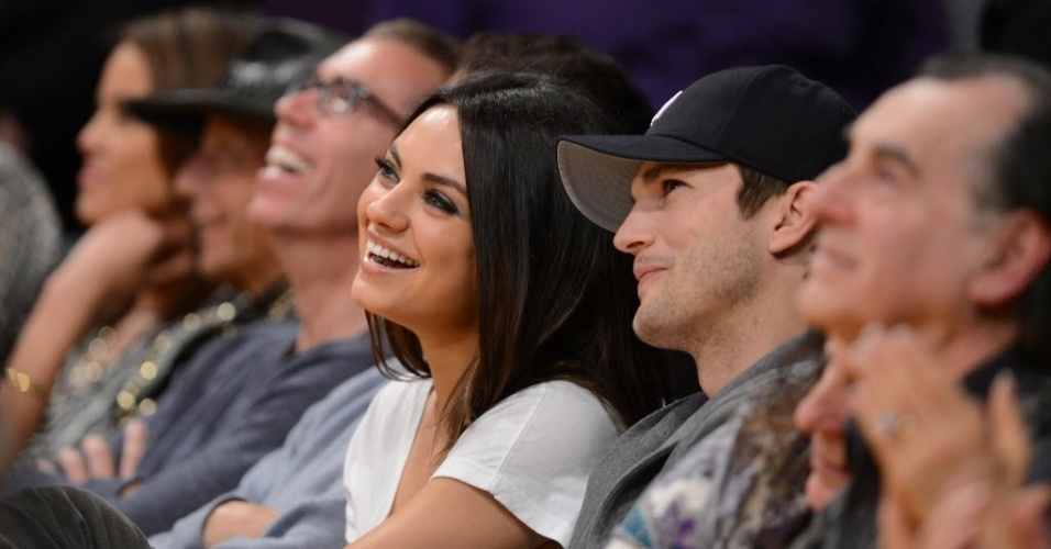 12.fev.2013 - Os atores Mila Kunis e Ashton Kutcher assistem à partida entre Lakers e Suns na primeira fileira do ginásio Staples Center