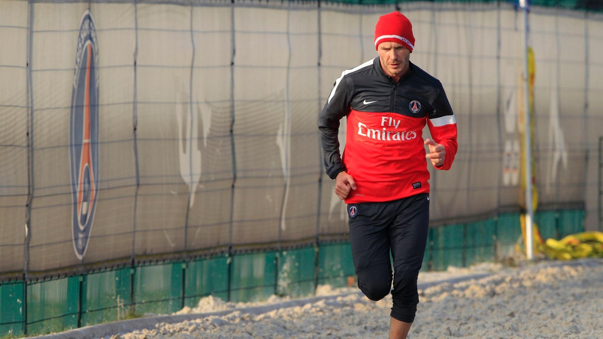 13.fev.13 - Beckham realiza exercício na caixa de areia em seu primeiro treino no PSG