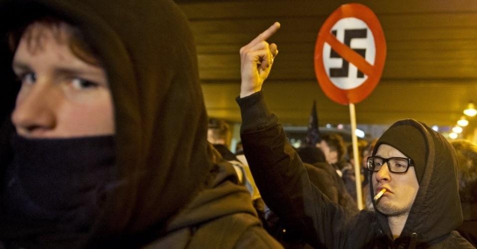 13.fev.2013 - Alemães de Dresden, no leste do país, protestam contra a realização de uma marcha organizada por partidos de extrema-direita pelo 68º aniversário do bombardeio das forças aliadas contra a cidade alemã, em 13 de fevereiro de 1945, durante a 2ª Guerra Mundial. O ataque destruiu grande parte do centro histórico de Dresden