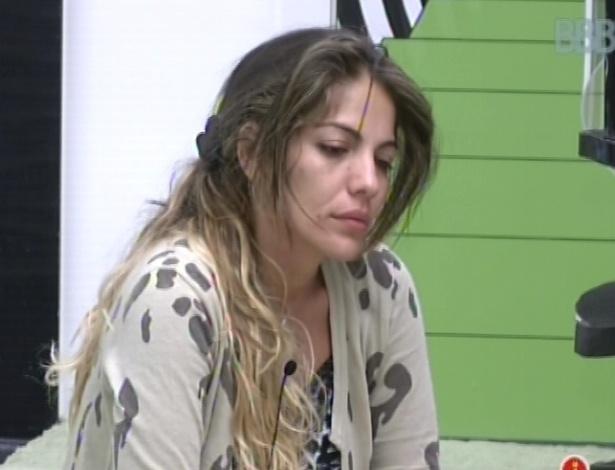 13.fev.2013 - Anamara fica com cara de sono após ser acordada por toque de despertar
