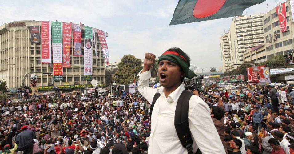 13.fev.2013 - Ao menos 12 ficaram feridos e mais de cem foram presos em Dacca (Bangladesh) nesta quarta-feira (13) após protestos pedindo a suspensão dos julgamentos de crimes de guerra no país. Os protestos começaram há nove dias, após a sentença que condenou à prisão perpétua o líder do partido radical Jamaat-e-Islami, Quader Molla, considera branda pelos manifestantes. As informações são da Reuters e da AlJazeera