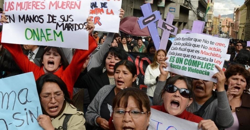 13.fev.2013 - Bolivianos protestam nesta quarta-feira (13) na capital La Paz pelo assassinato da repórter de TV Hanalí Huaycho, morta a facadas ontem (12). O ex-marido dela, um policial, é o principal suspeito. O governo anunciou que pedirá rapidez ao Congresso na aprovação de uma lei mais rígida contra crimes contra mulheres e que discutirá a castração química de estupradores