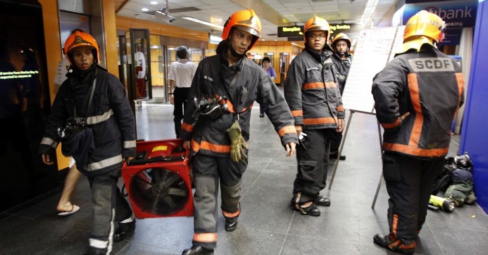 13.fev.2013 - Bombeiros foram chamados para conter um incêndio na estação de trem Newton, em Cingapura.