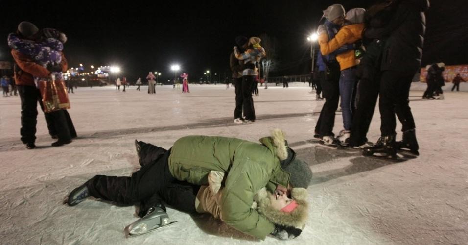 """13.fev.2013 - Casais participam da competição """"Beijo no Gelo"""", em que ganha quem der o beijo mais longo, em Krasnoyarsk, na Rússia, nesta quarta-feira (13), véspera do Dia dos Namorados no país (Valentine´s Day)"""