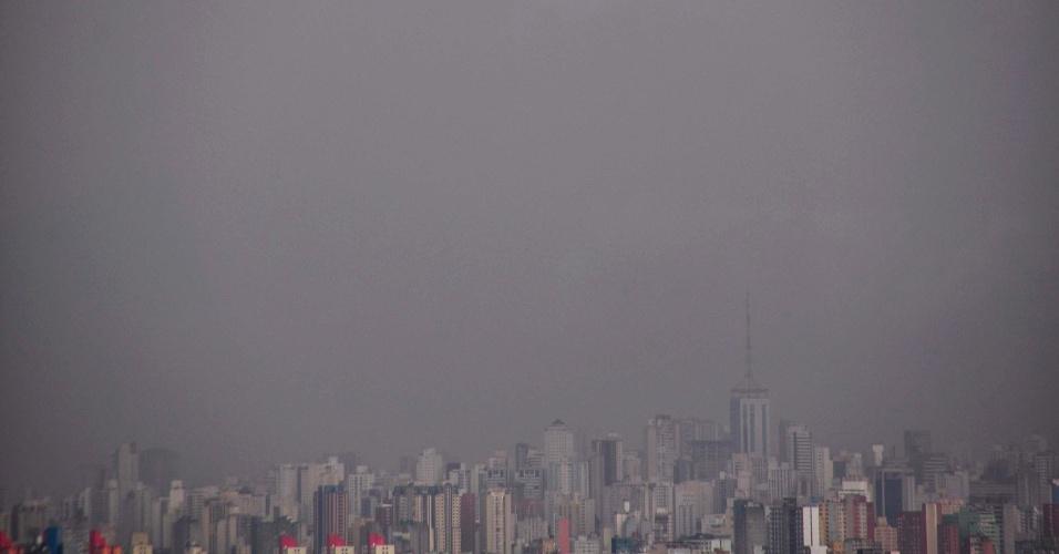 13.fev.2013 - Chuva atinge a região da avenida Paulista, no centro de São Paulo, no início da noite desta quarta-feira (13)