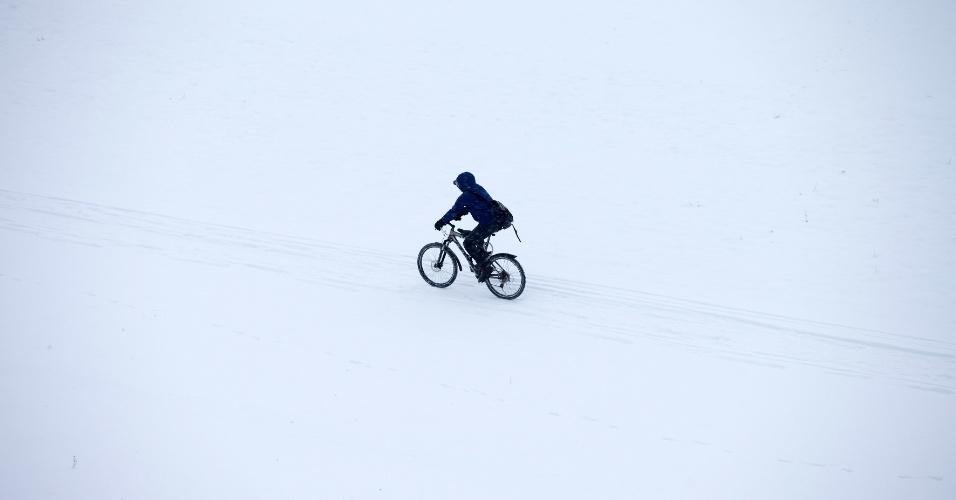 13.fev.2013 - Ciclista passeia na neve em Dresden, na Alemanha