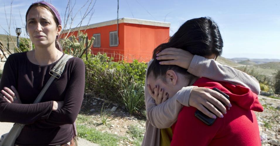13.fev.2013 - Colonos israelenses se abraçam enquanto forças de segurança do país desmontam o assentamento de Maale Rahavan, ao sul de Belém, na Palestina