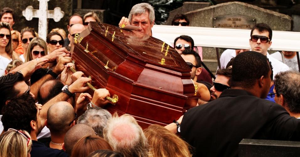 13.fev.2013 - Corpo do arquiteto Luciano de Lucca, 30, é enterrado no cemitério do Araçá, na zona oeste de São Paulo, nesta quarta-feira (13). Lucca morreu após cair do 11º andar do navio MSC Fantasia na noite do último sábado (9), em Santos (72 km de SP). O corpo do arquiteto foi encontrado ontem (12) entre os armazéns 33 e 34 do porto de Santos