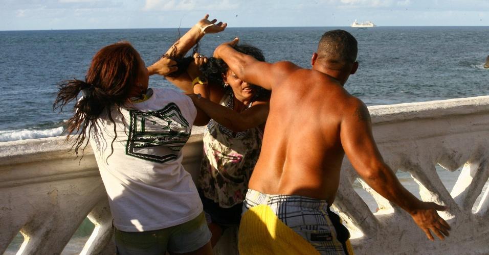 13.fev.2013 - Duas mulheres e um homem brigam no circuito Barra-Ondina do Carnaval de Salvador. Segundo testemunhas, uma das jovens foi espancada pelo rapaz. Ela bateu a cabeça no chão e sofreu convulsões
