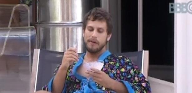 13.fev.2013 - Eliéser come sozinho do lado de fora da casa, enquanto outros brothers dormem