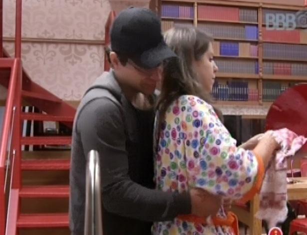 13.fev.2013 - Ivan abraça Andressa e dá um beijo nela na cozinha da xepa