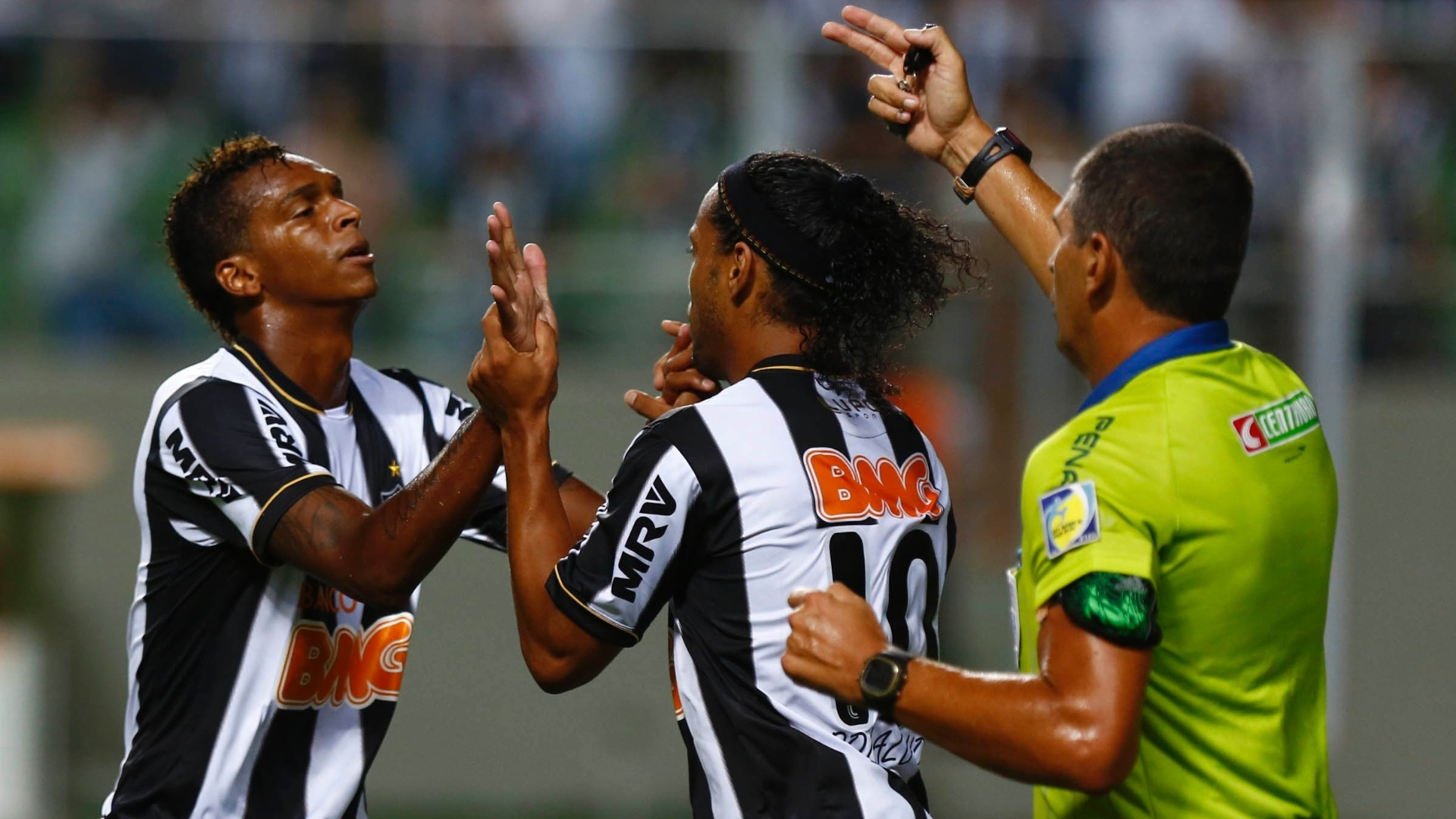 13.fev.2013 - J comemora gol do Atltico-MG com Ronaldinho Gacho enquanto rbitro pede o reincio da partida
