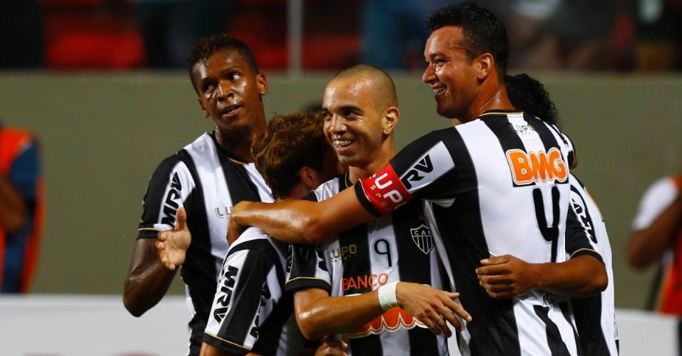 13.fev.2013 - Jogadores do Atlético-MG comemoram o gol marcado por Jô contra o Atlético-MG