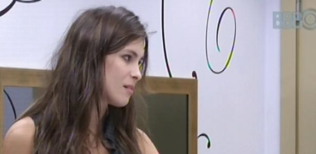 13.fev.2013 - Kamilla conversa com Eliéser sobre o paredão da noite de terça-feira