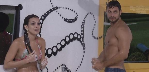 13.fev.2013 - Kamilla e Eliéser tomam banho na madrugada desta quarta-feira após mergulho na piscina