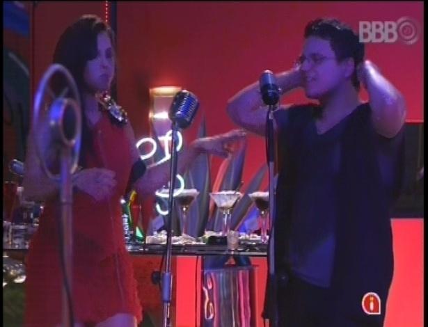 13.fev.2013 - Kamilla e Ivan cantam juntos a música