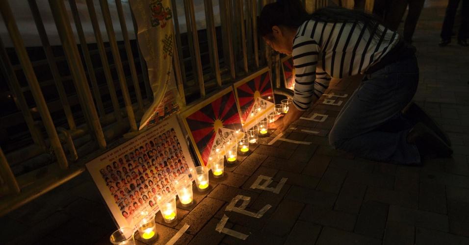 13.fev.2013 - Manifestantes acendem velas durante vigília que marca os cem anos da proclamação de independência do Tibete, em Hong Kong