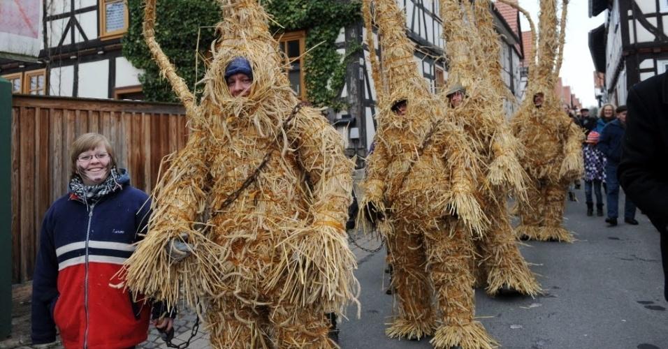 13.fev.2013 - Moradores de Heldra, na Alemanha, se vestem de ursos de palha nesta Quarta-Feira de Cinzas (13) como parte da tradição para expulsar o inverno