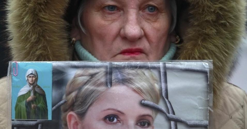 13.fev.2013 - Mulher segura retrato da líder oposicionista e ex-primeira ministra da Ucrânia Yulia Tymoshenko, que está presa, nesta quarta-feira (13), durante protesto em Kiev. Em outubro de 2011, Tymoshenko foi condenada a sete anos de prisão por abuso de poder