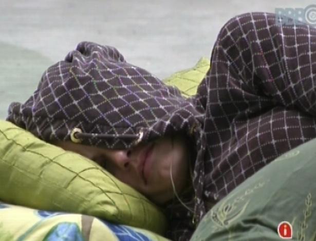 13.fev.2013 - Natália levanta com toque de despertar, mas logo deita no sofá da sala