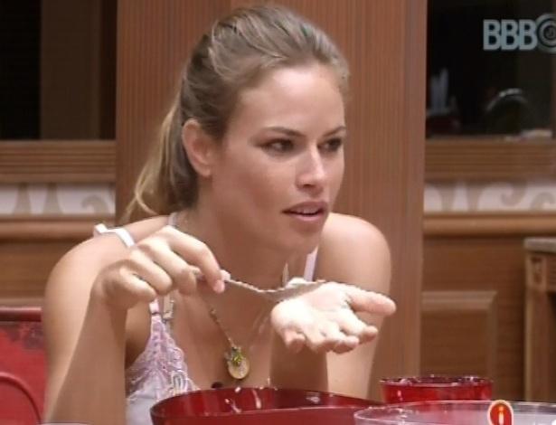 13.fev.2013 - Natália prova massa de bolo de banana com capuccino que fez no início desta tarde